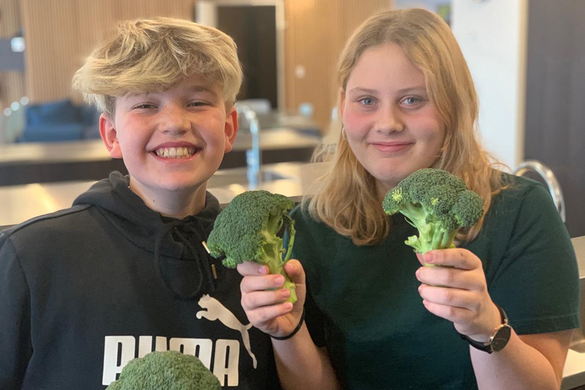 Børn med broccoli. Det er madmod.